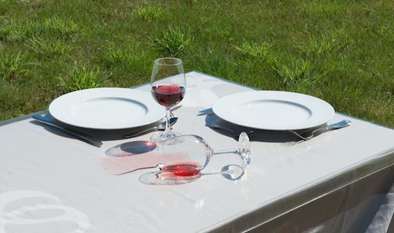 Protège table plastique : fini les nappes tachées !